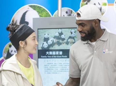 王紫璇跨界助力公益 现身成都探访大熊猫基地