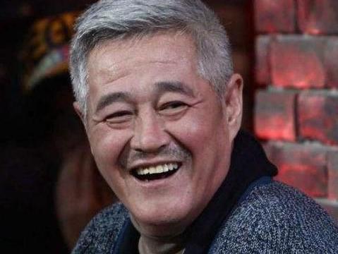 赵本山近照一头白发,围着炉灶做水豆腐,61岁还能陪儿女打篮球