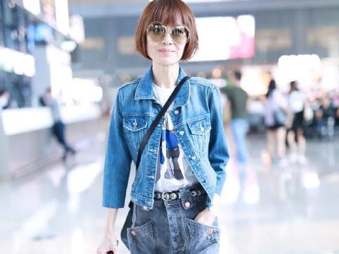49岁陈鲁豫换新造型走机场,差点不敢认,牛仔套装穿搭减龄又时