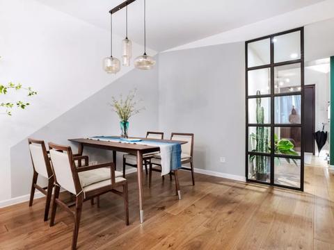 78㎡二居室,谷仓门、木饰面板、黑框玻璃和小吧台...超时尚