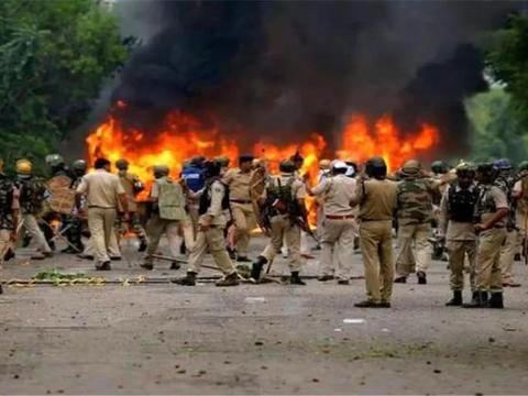 巴铁有危险,印度四万大兵开拔克什米尔,20万民众开启逃亡之路