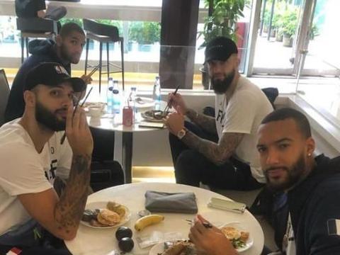 戈贝尔晒聚餐照,法国队已经抵达中国,进入世界杯冲刺阶段