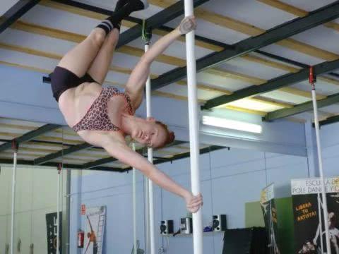 加拿大女子天生残疾,腿部畸形只能坐轮椅,却成为了钢管舞冠军!