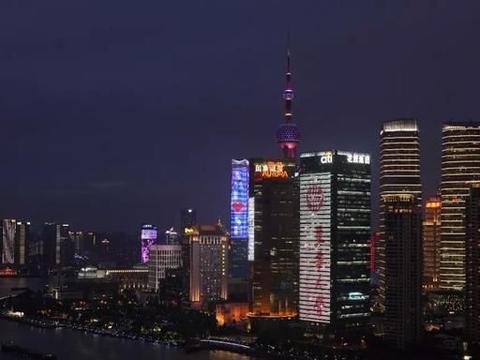 东华大学出现在上海外滩,路人拍照留念称,想回去再次高考