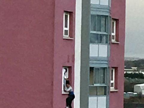 看着都疼!英国一女子被抓头发悬窗外 最终不幸坠楼身亡