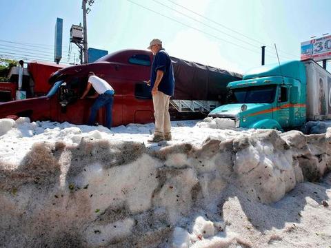 墨西哥遭遇史无前例的冰雹袭击,厚度达到1.5米,街上白茫茫一片