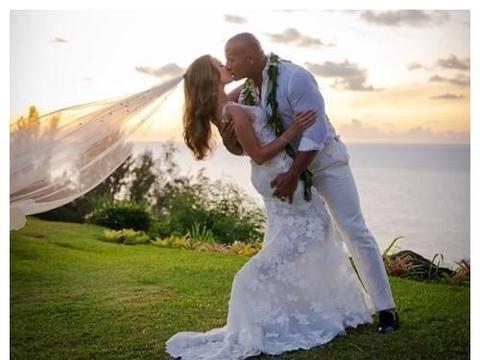 道恩·强森官宣结婚,与妻子海边深吻,十二年恋情终成功