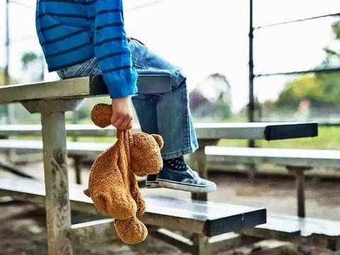 男孩离家出走,父母崩溃!家庭教育中给孩子最好的爱是陪伴