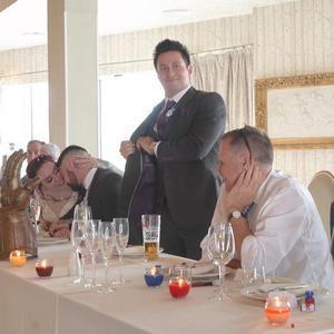 英国夫妇因漫威结缘 举办漫威主题婚礼
