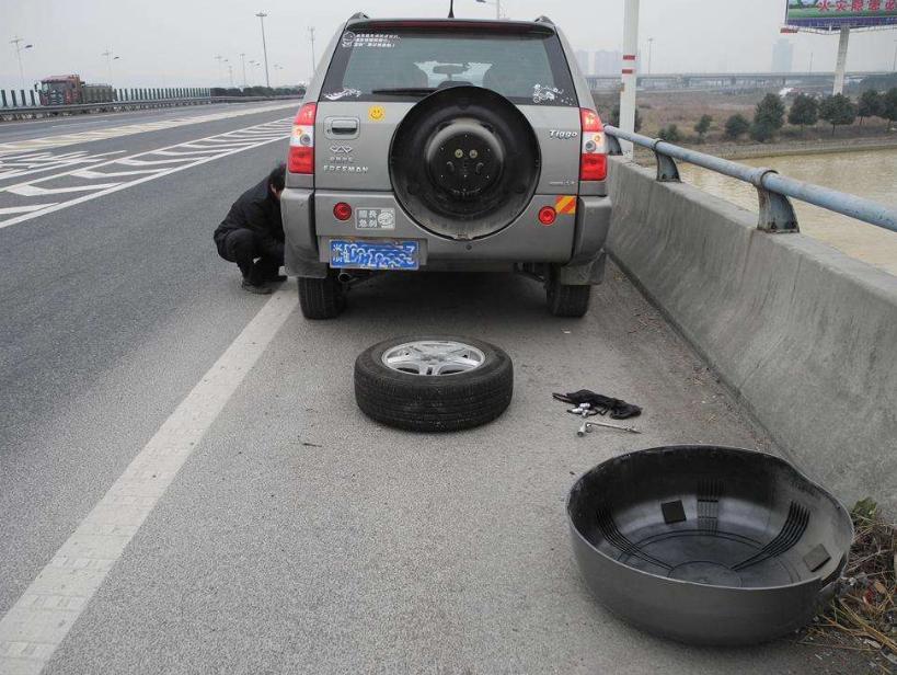 高速行驶突然爆胎?可别情急中猛踩刹车,这样做才能保你安全停车