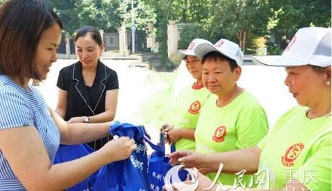 江北城街道为高温下的坚守者送清凉