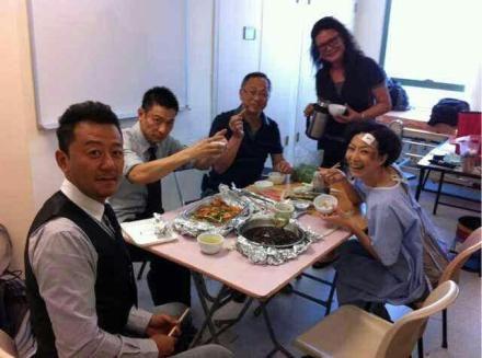 明星多不容易?李易峰坐地上吃泡面,郑秀文20年没吃米饭