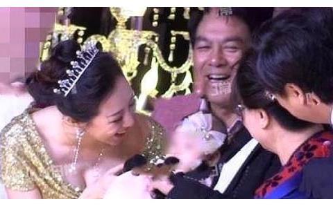 朱时茂儿子举办婚礼众星云集,陈佩斯刘晓庆舞台上相互调侃