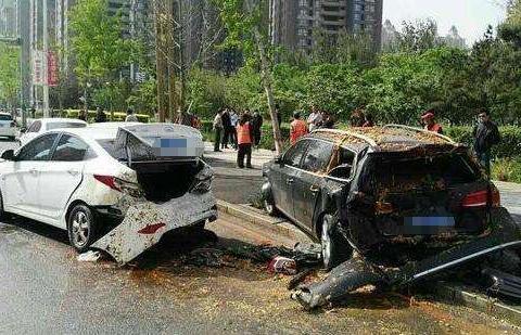 车在路边被撞,是先报警还是先报保险?一旦搞错,可能一毛都不赔