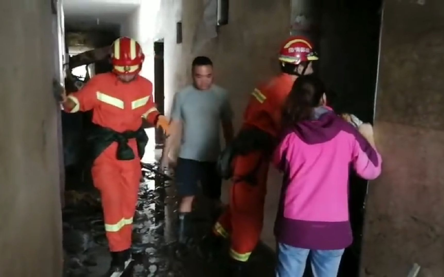 汶川暴雨4万名滞留旅客被转移 消防挨家挨户排查|汶川