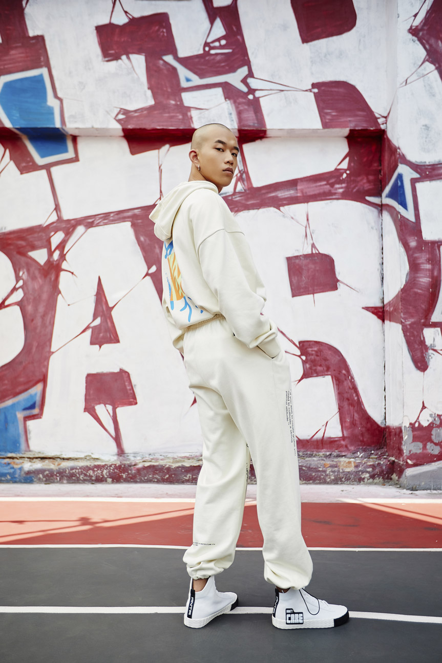 掀起涂鸦新潮,安踏青年系列携手涂鸦大师 Stash 强势登陆为年轻的文化提供土壤与舞台。