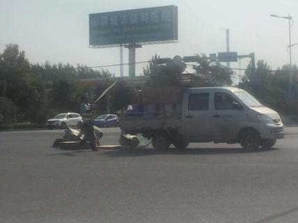 货车行驶中货物掉落,聊城执勤交警暖心帮忙搬回