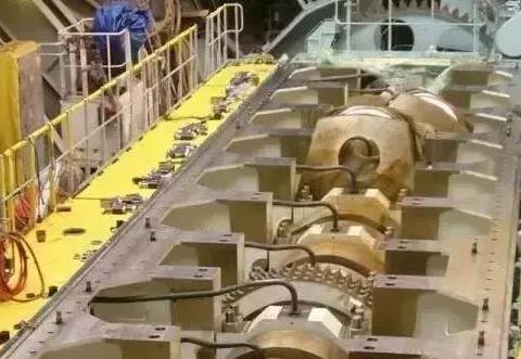 万吨巨轮的引擎有多牛?每小时烧6400L油,涡轮跟货车一般大