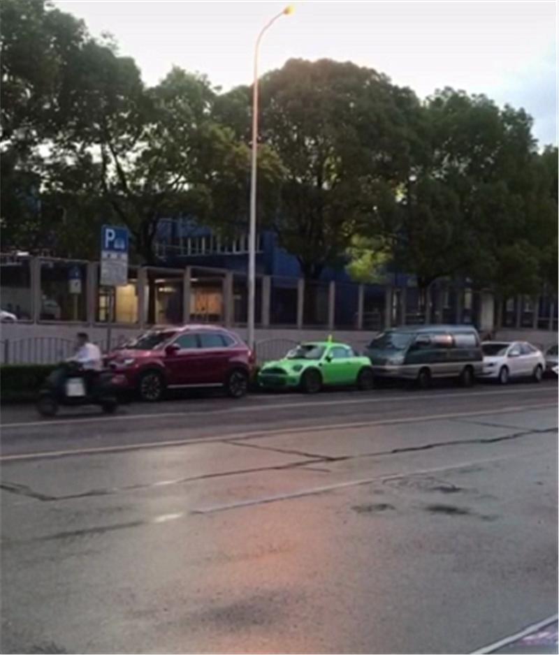 """""""上发条""""的宝马MINI,全车""""骚绿色"""",车顶一装饰比车吸睛"""