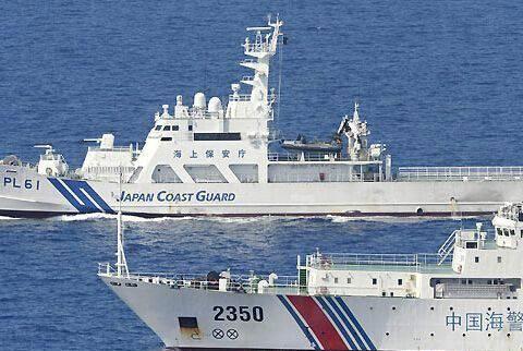 """渔船被邻国""""劫持"""",求救信号发出十分钟后,海警船怒撞拖缆"""