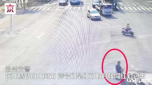 """70岁老人自制电动车闯红灯,上演现实版""""跑跑卡丁车"""""""
