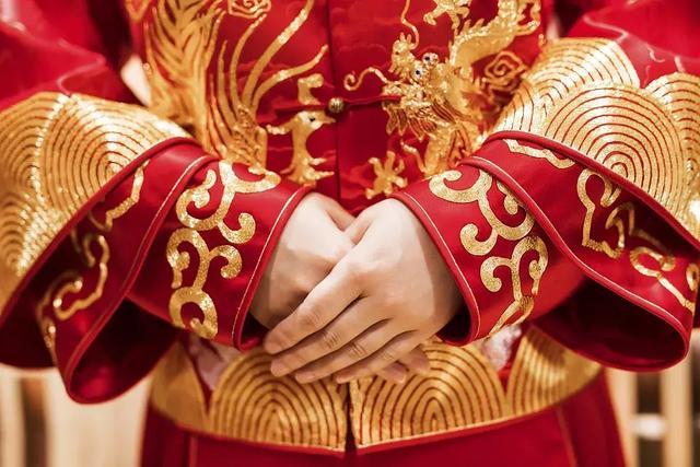红色虽喜庆,但并非人人都适用:这两类人穿红易破财