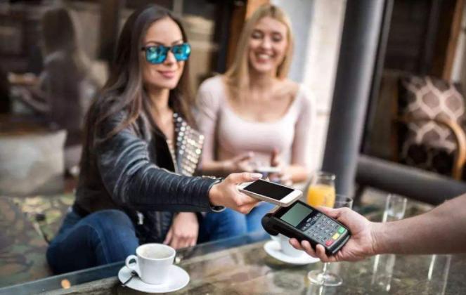 法国姑娘不明白:中国人买东西怎么不给钱?难道超市是免费开放的