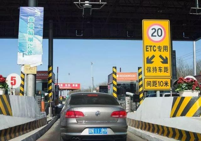 高速免费短期不可行,专家提议:可将高速收费分摊到油价里面
