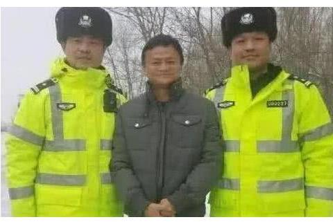 和警察合影怎样才不像犯人?连马云都错了,成龙的方式才最标准
