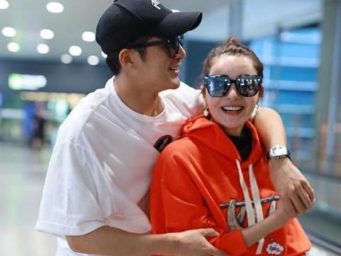 姜潮夫妻现身机场,全程搂肩、牵手,还要亲亲