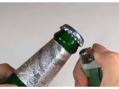 """原来啤酒瓶盖上有个""""小机关"""",用手一拧就开,不用开瓶器"""