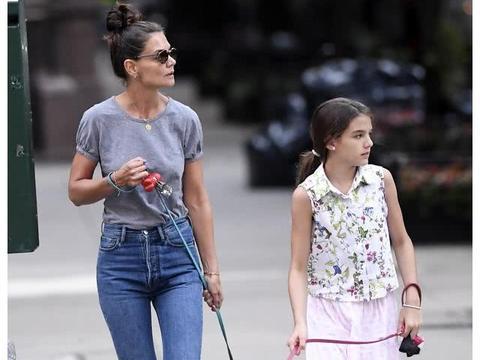 """凯蒂·霍尔姆斯和女儿现身街头遛狗""""袖珍""""狗狗很有喜感"""
