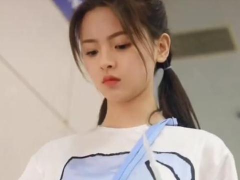 偶遇杨超越下电梯,看了她下意识的表情包,网友:也太接地气了!