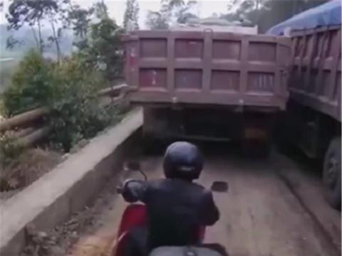 3万摩托在大货车一侧,排量250CC,货车启动后,骑士被黑烟笼罩