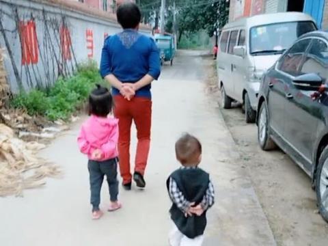 奶奶带龙凤胎宝宝去摘菜,3个人走路的姿势,让后面的爸爸哈哈笑