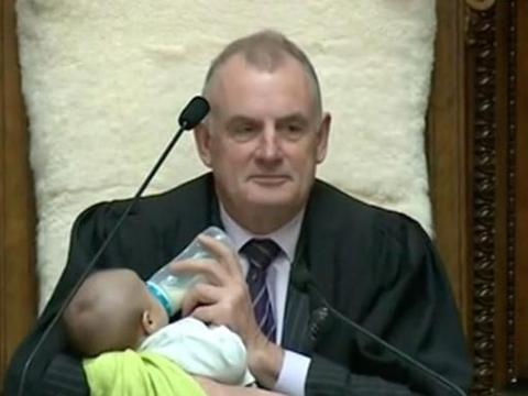 新西兰议员带新生儿参加辩论,议长边主持会议边照顾孩子还喂奶