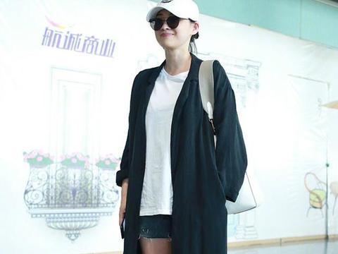 梅婷终于高调秀身材,皮大衣配短裤启程巴黎时装周,腿美得过分!