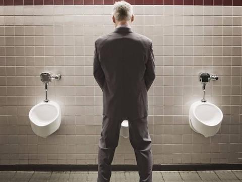 """一天排尿多少算正常?若达到""""这数"""",恭喜你,肾脏很正常"""