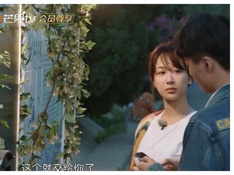 杨紫写英文堪比小学生,王俊凯看了一脸疑问,一句话帮她缓解尴尬