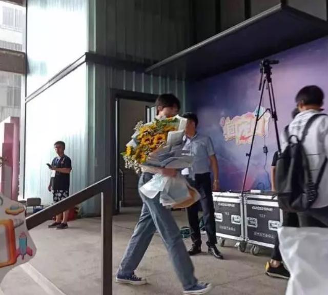 马天宇俞灏明出席郑爽生日会,赵品霖排队入场被正版挑逗面红耳赤