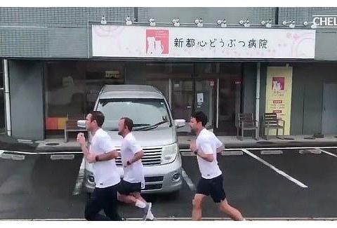 榜样!豪门新帅率教练组跑9公里回酒店,魔鬼式爬梯不逊球员