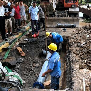 「走近南京的水动脉④」凌晨小区自来水爆管道路被淹,维修团队抢在中午前恢复供水