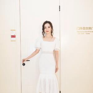 袁姗姗也太美了,一袭白色泡泡袖鱼尾裙配卷发刘海,女人味十足