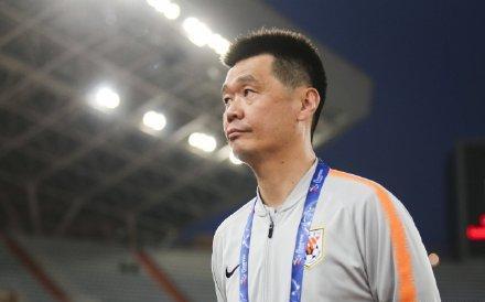 黄健翔:李霄鹏中场闹裁判的举动是为了救刘洋
