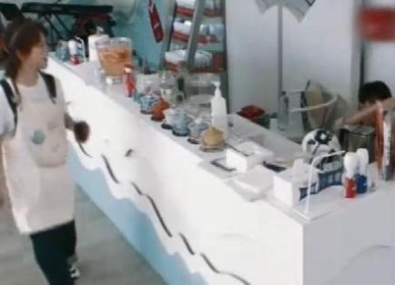 杨紫的酸梅汤PK王俊凯的珍珠奶茶,顾客品尝之后夸赞