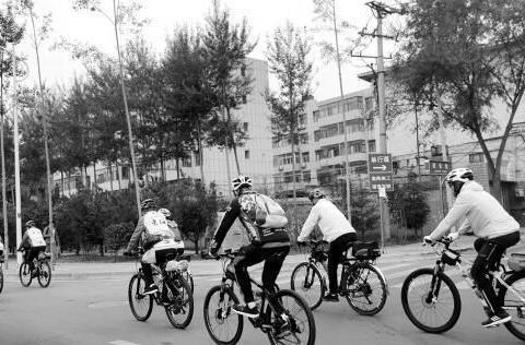率队骑行 80岁老人生活别样精彩