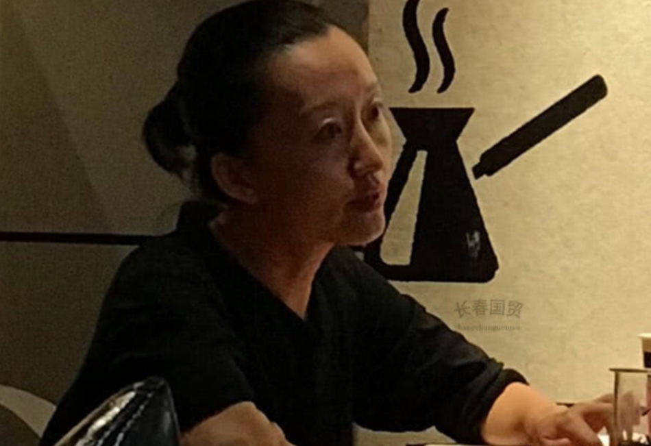 43岁原央视主持人柴静近照曝光,黑色衬衫身材苗条,脸庞消瘦苍老