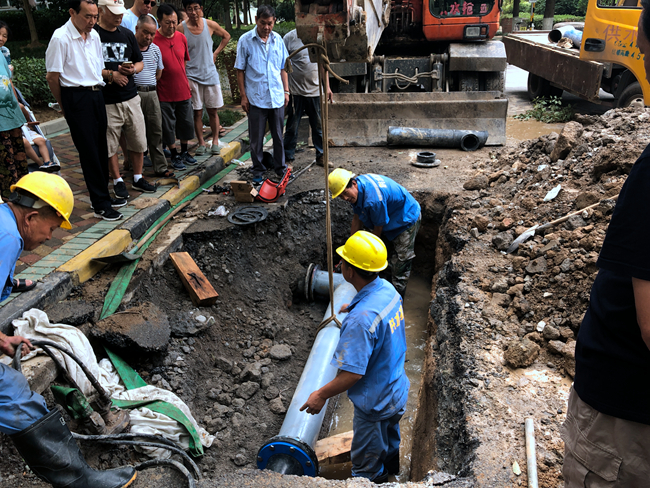 【走近南京的水动脉④】凌晨小区自来水爆管道路被淹,维修团队抢在中午前恢复供水