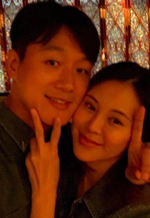佟大为关悦庆结婚12年,穿情侣装贴脸自拍,越来越有夫妻相