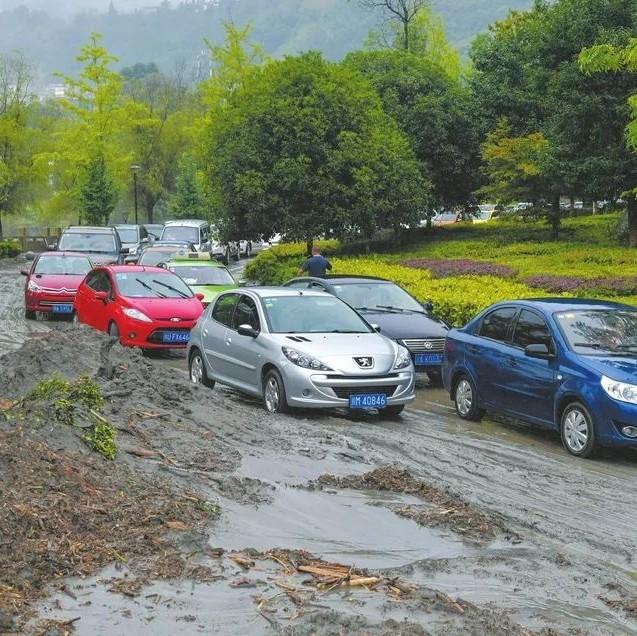 汶川暴雨已致9人遇难35人失联!洪水来袭,村民开私家车转运游客